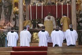 In deze zgn. 'tridentijnse mis' vieren drie priesters ('heren') de eucharistie, met hun rug naar 'het volk'.
