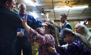In Pinksterkerken (hier is een zalving bezig in een Amerikaanse kerk) zijn gelovigen veel expressiever, in woord en gebaar.