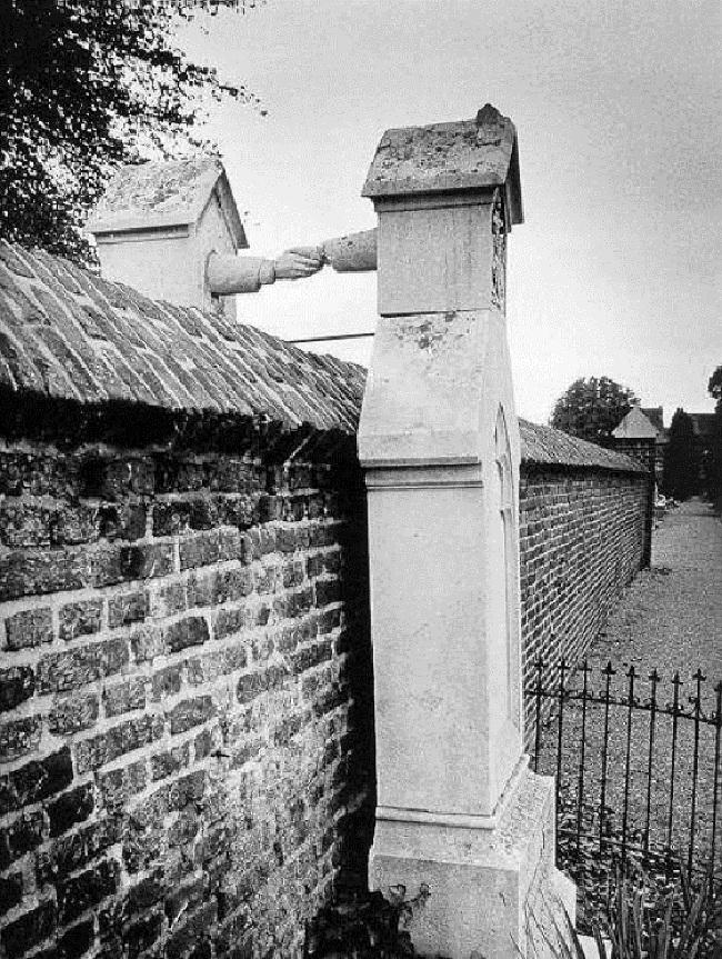 In Roermond ligt dit graf van een katholieke vrouw en haar protestantse echtgenoot, die eind 19e eeuw niet naast elkaar begraven mochten worden, ook niet na een huwelijk van 38 jaren...