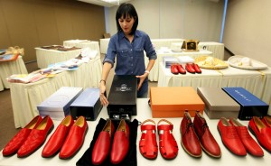 Vanouds droegen de pausen rode schoenen, een verwijzing naar het bloed van de martelaren. Onder paus Paulus VI raakte dit in onbruik, maar paus Benedictus XVI droeg opnieuw rode schoenen, gemaakt door Adriano Stefanelli van Novara. De huidige paus Franciscus draagt gewone schoenen.