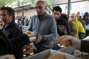 Griekse burgers bij een gaarkeuken.
