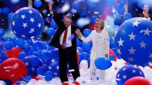 De democratische kandidaat Hillary Clinton en haar running mate Tim Kaine aan het einde van de conventie.